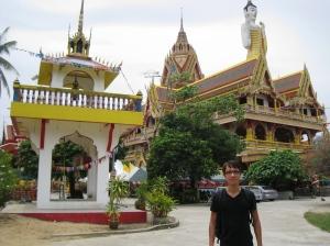 Stående Buddha och massor av guld