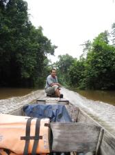 Killen som körde båten vejde för stockar och stenar