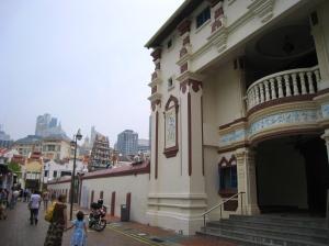Vacker byggnad med en detaljerat utsmyckad pagoda
