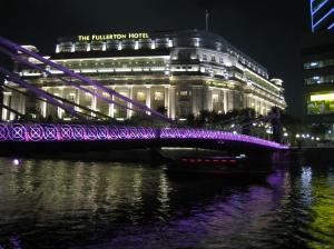 Vacker bro framför Fullerton Hotel