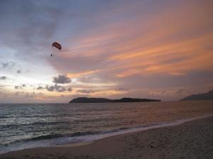 Parasailing i solnedgången