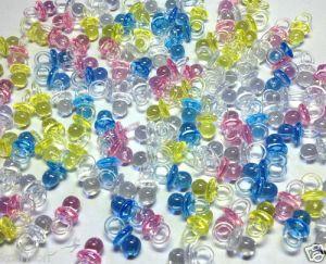Konfetti i form av små plastnappar