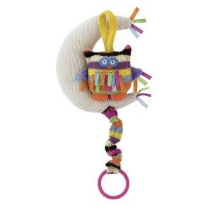 "Jellycat ""Little Jellycat Hoot Owl Musical Pull Toy"" speldosa vid spjälsängen"